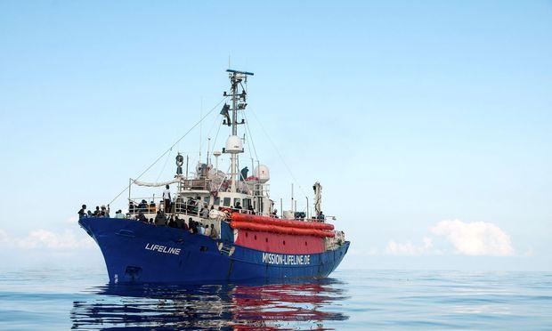 """Die """"Lifeline"""" hatte am Donnerstag nach eigenen Angaben mehr als 220 Flüchtlinge in internationalen Gewässern gerettet. / Bild: REUTERS"""