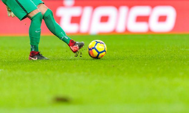 Auch die Bundesliga wird von einem Wettanbieter gesponsert, der Casino-Spiele anbietet. Ändert er das nicht, soll er blockiert werden, so der Plan von Finanzminister Löger.