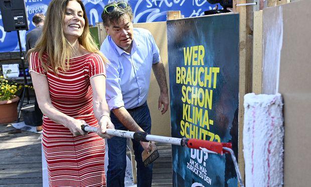 Sarah Wiener und Werner Kogler klebten diese Woche die ersten Plakate der Grünen. Nach Ostern werden sie in ganz Österreich zu sehen sein.  / Bild: (c) APA/HANS PUNZ (HANS PUNZ)