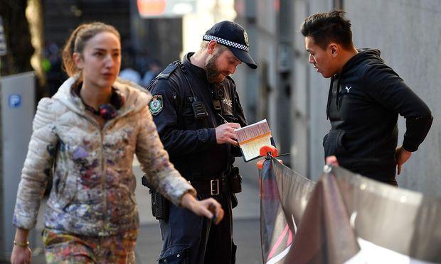 Ein Polizist sammelt Beweise. Es ist unklar, welches Motiv hinter dem Angriff steckt.