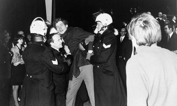 Polizeieinsatz am 9. 12. 1968: Demonstranten und Texter Ernst Schnabel wurden verhaftet.