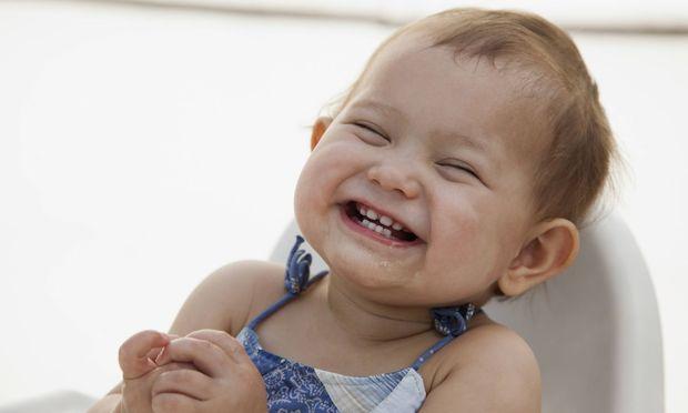 Kaum etwas kann erwachsene Menschen so unmittelbar berühren wie das überschwängliche Lachen eines kleinen Babys.