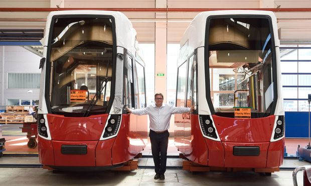 Christian Diewald, Geschäftsführer von Bombardier Österreich, vor Teilen des sechsten Flexity für Wien.