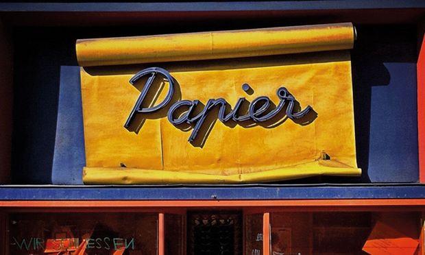 Schriftzüge, die das Stadtbild mitprägen – und irgendwann verschwinden. Im Bild das frühere Papiergeschäft in der Währinger Straße.