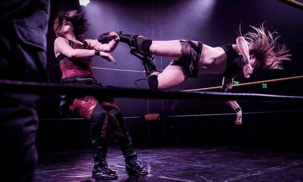 Katharina Neumann alias Moxie (rechts) stieg als 26-Jährige erst spät in den Ring. Der Absprung gelingt ihr allerdings stets makellos.