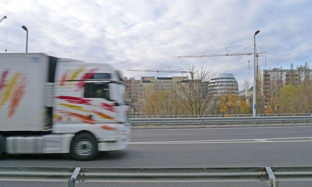 """Vorne Flughafenautobahn, hinten """"Triiiple""""-Baustelle."""