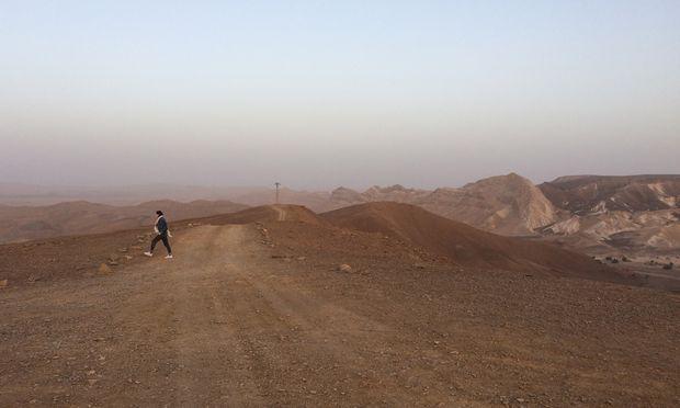 Diesige Mondlandschaft: der Krater Makhtesh Ramon in der Abenddämmerung
