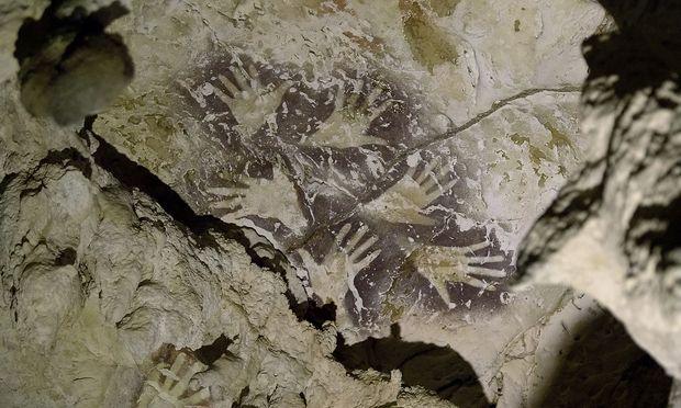 Die älteren und die neueren Bilder auf diesem Stein sollen von ihrem Entstehungsdatum her mindestens 20.000 Jahre auseinander liegen.