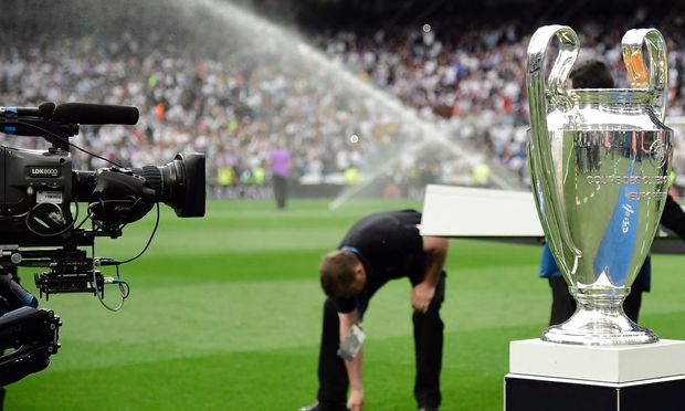 TV-Kamera und Champions-League-Pokal
