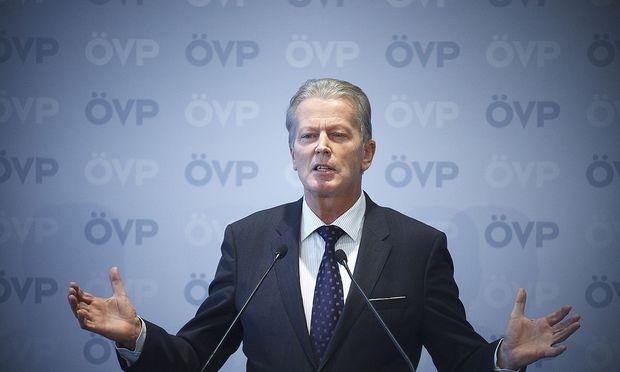Reinhold Mitterlehner auf einem Bild aus Zeiten, in denen er noch ÖVP-Chef war, bevor Sebastian Kurz das Ruder übernahm.