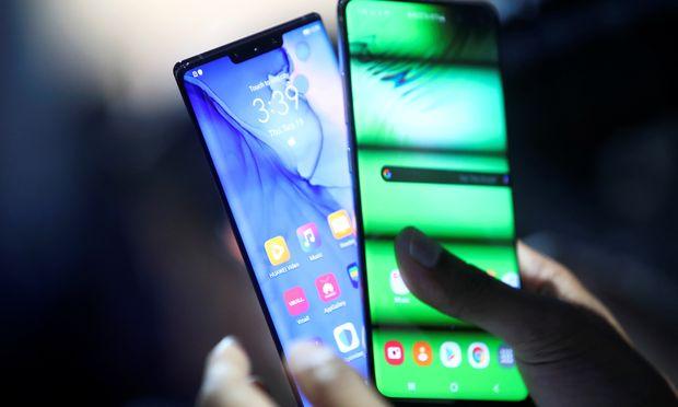 Das Huawei Mate 30 und Mate 30 Pro (links). Die Flaggschiff- Smartphones der Chinesen sind ohne Googles Apps kaum attraktiv. / Bild: (c) REUTERS (MICHAEL DALDER)