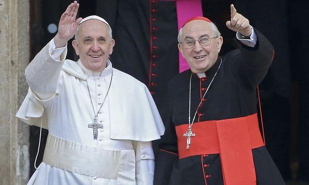 Papst Franziskus mit dem Generalvikar von Rom bei seiner Ankunft in der Basilika Santa Maria Maggiore.