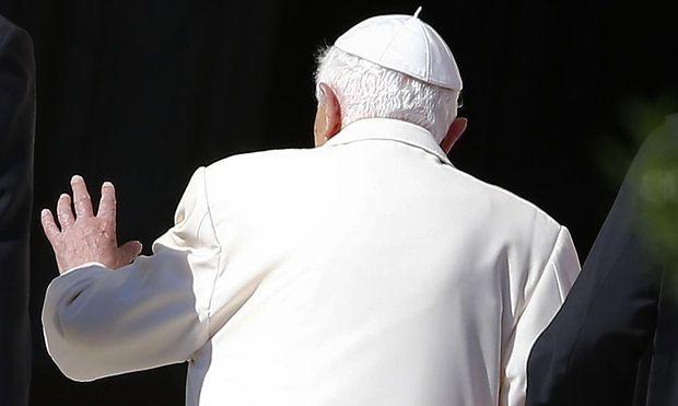 Hat der emeritierte Papst durch eine geänderte Textpassage versucht, Einfluss auf die Politik des Vatikans zu nehmen?