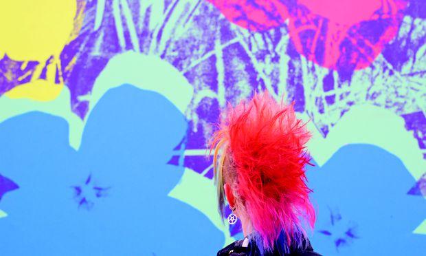 """Ein Punk im Museum mit knallroten Haaren vor Andy Warhols """"Flowers"""", solch perfekte Übereinstimmungen hält der Linzer Fotograf Stefan Draschan in seinen Werken fest."""