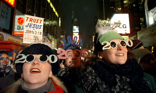 """""""Things Can Only Get Better"""": Am Times Square wurde der Jahreswechsel 1999/2000 ausgelassen gefeiert. Nur wenige Wochen später platzte an den US-Börsen die Dotcom-Spekulationsblase.   / Bild: (c) NY Daily News via Getty Images (New York Daily News Archive)"""