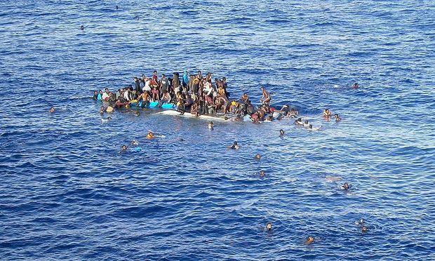 Flüchtlinge, deren Boot gekentert ist