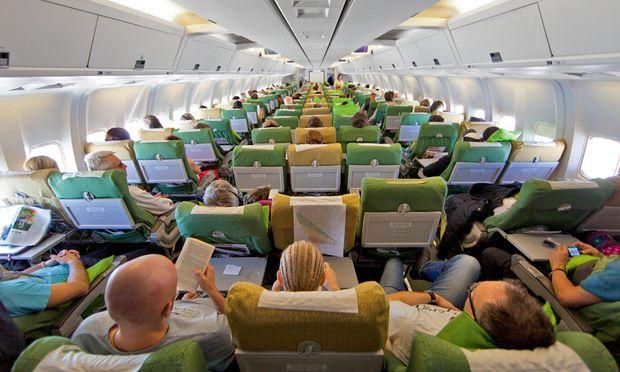 Wenn Fluggäste ihre Rollkoffer so ungeschickt und rücksichtslos ins Gepäckfach stopfen, dass es sich wieder öffnen muss und sie einem auf den Schädel fallen.