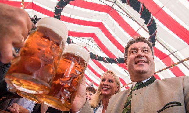 Zelte, Biere, Wahlkampfreden: Söder tourt gerade durch Bayern.
