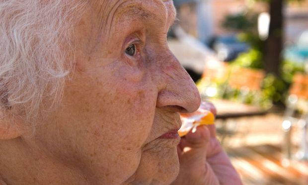 Seniorin - an old lady / Bild: (c) www.BilderBox.com (www.BilderBox.com)