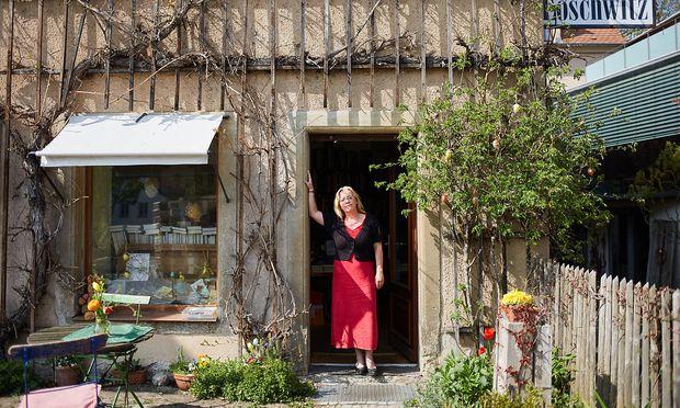 """""""Ich bin seit 30 Jahren im Kundendienst. Ich sehe den Einzelnen dort, wo er ist, woanders ist er eben nicht"""" – Susanne Dagen vor ihrem Buchhaus Loschwitz."""