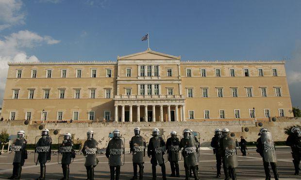 Belagerte Demokratie: Die Eurokrise rückte nicht nur das griechische Parlament ins Visier des Volkszorns.