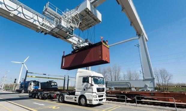 Am Terminal des Hafens Wien wurden im Jahr 2017 rund 400.000 Container umgeschlagen – die meisten allerdings zwischen Bahn und Lkw.