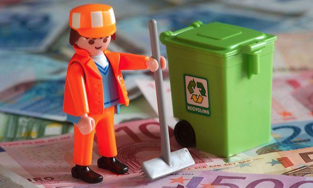 Drei Müllmänner stehen wegen eines Schadens von 1751 Euro vor Gericht.