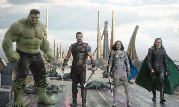 Gemeinsam gegen die Todesgöttin Hela: Hulk (Mark Ruffalo), Thor (Chris Hemsworth), eine ehemalige Walküre (Tessa Thompson) und Loki (Tom Hiddleston).