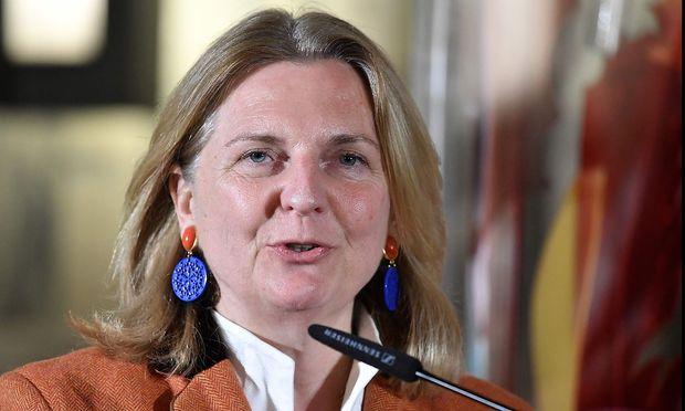 Karin Kneissl ist heute bei ihrem ersten EU-Außenministerrat in Brüssel.