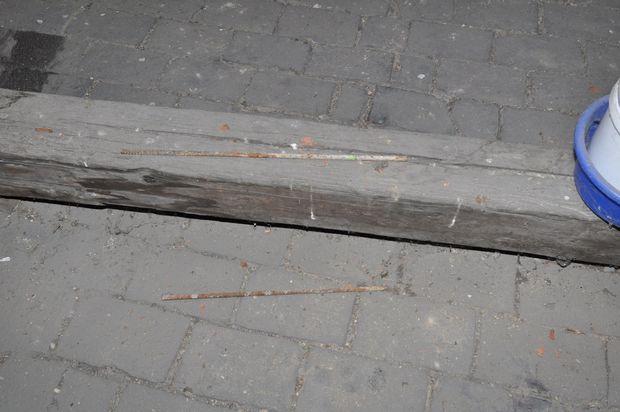 Weitere potenzielle Wurfgegenstände wurden von der Polizei auf dem Dachboden fotografiert.
