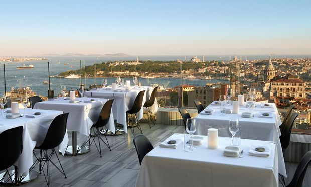 Panorama. Im Mikla kocht Mehmet Gürs vor der atemberaubenden Kulisse des Bosporus.