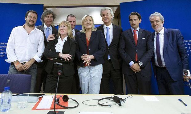 Rechtsfraktionen haben sich zu einer Fraktion im EU-Parlament zusammengeschlossen, auch Österreichs FPÖ ist dabei - im Bild Delegationsleiter Harald Vilimsky (4.v.li.)
