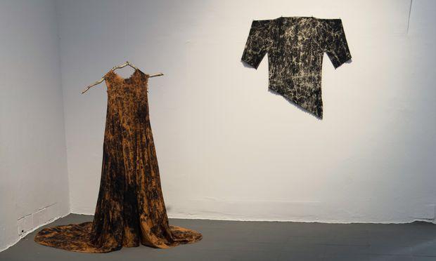 """Performance und Färbetechnik. Christina Dörfler-Raab und Jasmin Schaitl haben für """"Excuse my Dust Series – extended"""" zusammengearbeitet."""