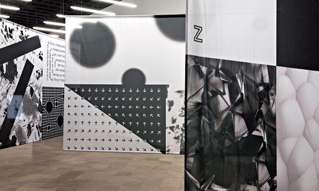 Identität in Schwarz und Weiß. Grafikdesigner Maximilian Mauracher hat in seinen Flaggen Bezug auf andere Arbeiten genommen.