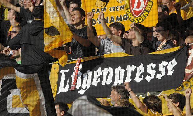 """Fans des Fußballklubs Dynamo Dresden im Oktober 2011 mit einem Transparent gegen die verhasste """"Systempresse""""."""