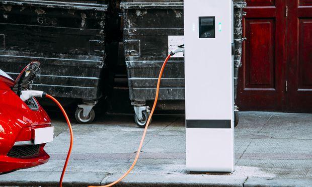 Die meisten deutschen Autobauer sind nicht wirklich davon überzeugt, dass reinen Elektroautos die Zukunft gehört. Die Branche schlittert im E-Auto-Geschäft deshalb in Anschlussprobleme. / Bild: (c) Getty Images (Photography taken by Mario Guti)
