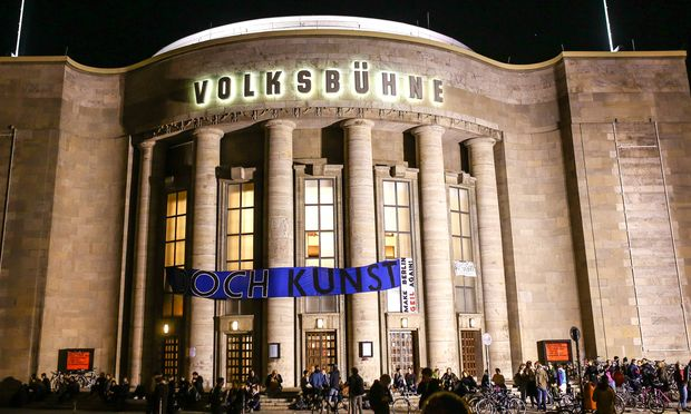 """Ein handfester Protest gegen Gentrifizierung sowie die Kultur- und Stadtpolitik an sich: Die Gruppe """"Staub zu Glitzer"""" hält die Berliner Volksbühne besetzt."""