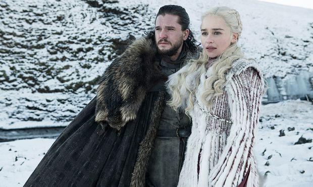 """""""Ein Lied von Eis und Feuer"""" heißt die Buchvorlage. Beziehen dürfte sich der Titel auf diese zwei Figuren: Jon Snow (Kit Harington), kühler König des Nordens, und Daenerys Targaryen (Emilia Clarke), die feuerspeiende Drachen hat. / Bild: (c) HBO/Sky"""