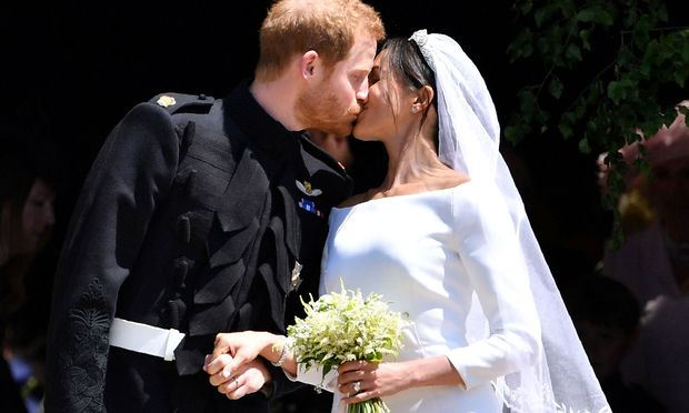 Ein Kuss beschließt die Messe.