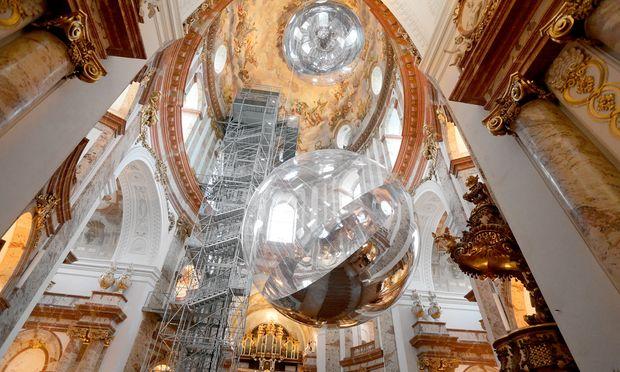 Raum für Kunst. Zwei Kugel-skulpturen schweben derzeit in der Wiener Karlskirche.