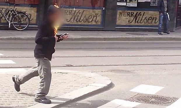 Ein brennender Mann vor dem Gerichtsgebäude in Oslo