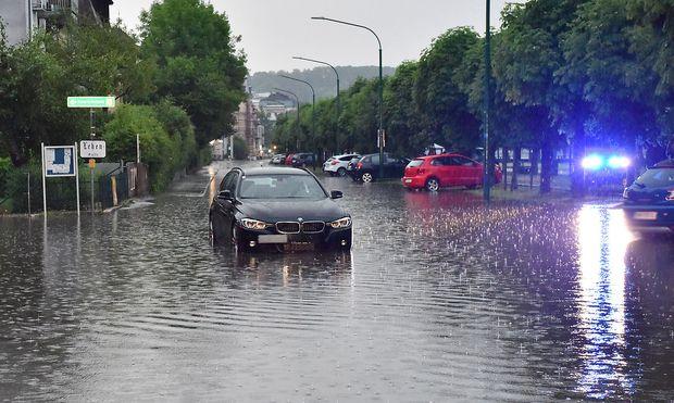 Überflutete Straßen in der Innenstadt von Gmunden.