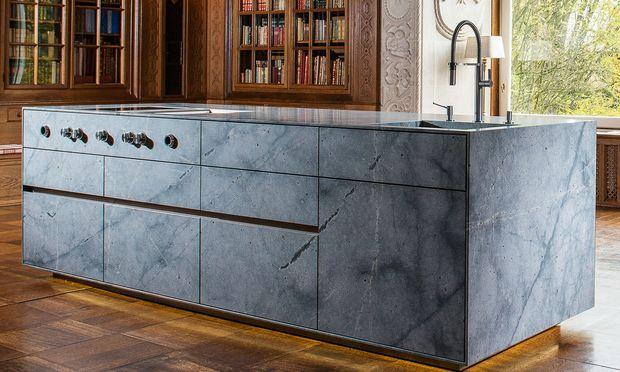 Elementar. Auch Küchen aus Naturstein sind zu bestaunen.