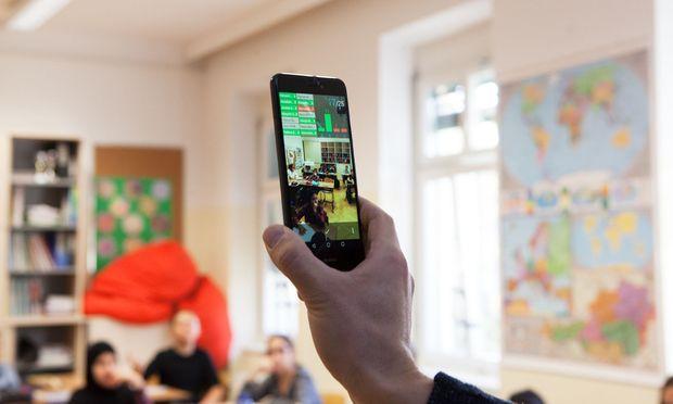 Frankreich beschließt Handyverbot in Schulen