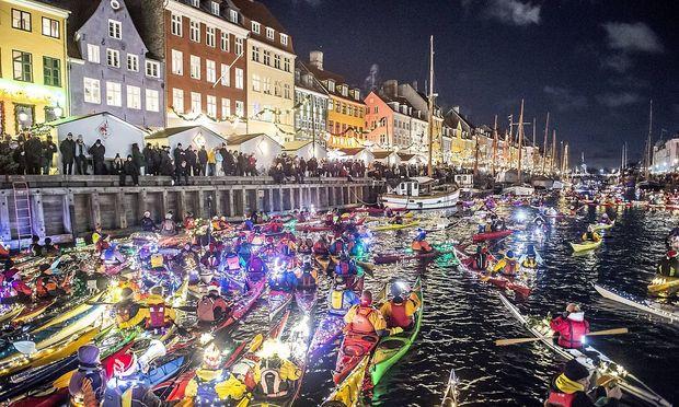 Vorweihnachtliche Feiern mit Booten im Nyhavn in Kopenhagen