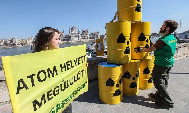 Ungarische Greenpeace-Aktivisten demonstrieren gegen das Kraftwerk Paks in Ungarn.