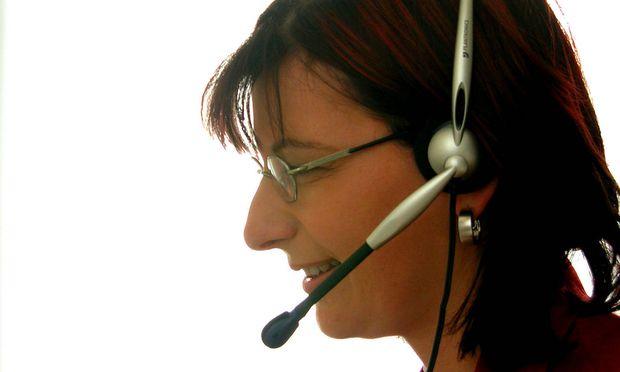 Frau in einem Call-Center telefoniert mit Head Set