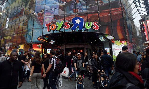 Der Eindruck trügt: So lebhaft ging es vor Toys'R'Us-Läden zuletzt nur mehr beim Weihnachtsgeschäft zu.