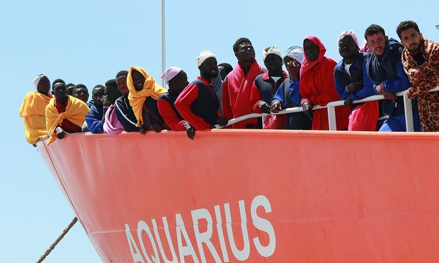 """Flüchtlinge auf dem Rettungsboot """"Aquarius""""."""