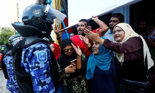Unterstützer der maledivischen Opposition fordern lautstark die Freilassung inhaftierter Politiker.